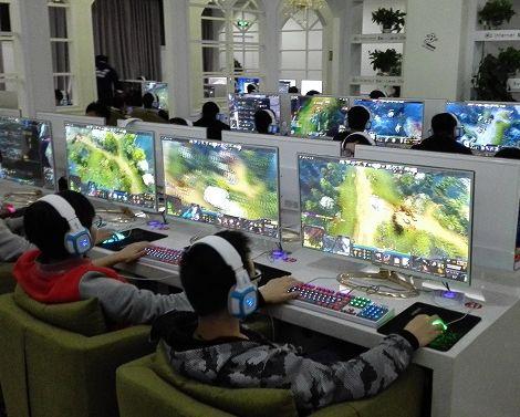 Computerspieler im Internetcafe, nahe meiner Universität.