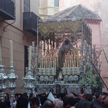 Marienfigur wird getragen