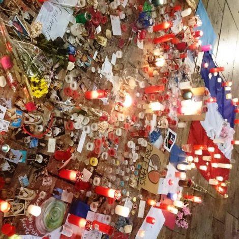Kerzen und Blumen auf dem Platz