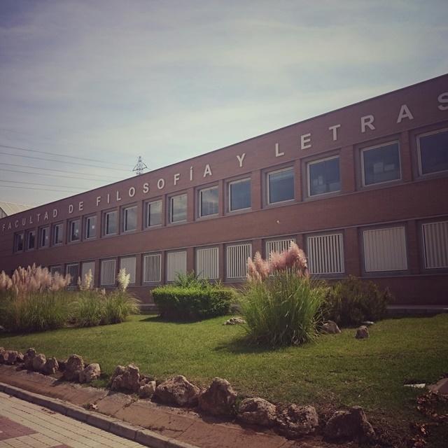 Das Gebäude der Fakultät mit einer Grünfläche im Vordergrund