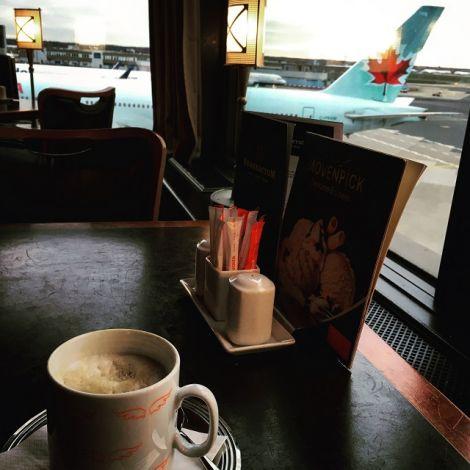 Kaffee in Frankfurt mit Blick auf das Flugfeld.