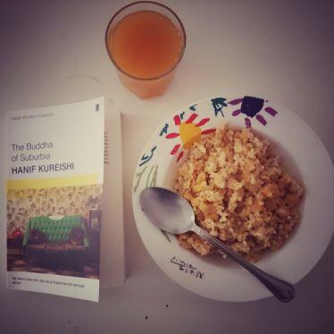 Müsli, Orangensaft und ein Buch zum Frühstück