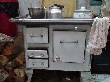 Kleiner Ofen mit Töpfen darauf