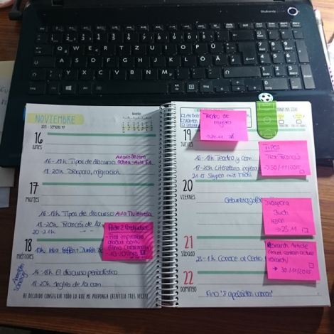 Kalender mit Notizzetteln