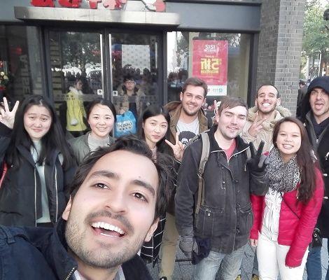 Freunde und Maximilian vor einem Restaurant in Hangzhou