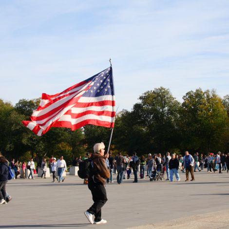 Mann mit US-Flagge
