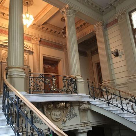 Treppenaufgang zur Bibliothek