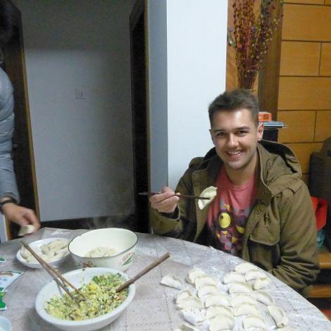 Maximilian isst chinesische Maultaschen