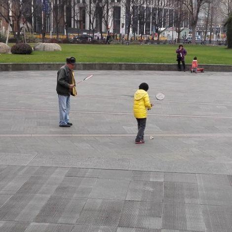 Shanghai: Enkelin und Großvater spielen Badminton