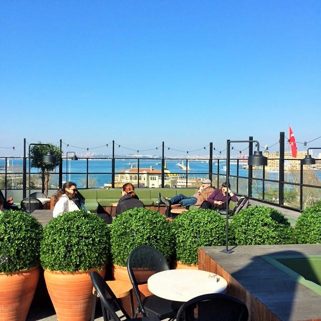 Direkt an der Fährstation gelegen, erwartet einen eine super Aussicht über den Bosporus