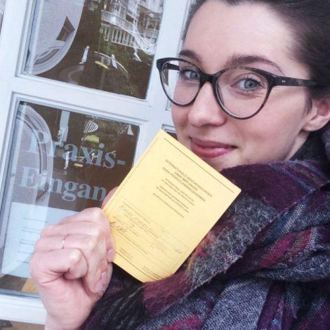 Clara Schaksmeier mit Impfpass