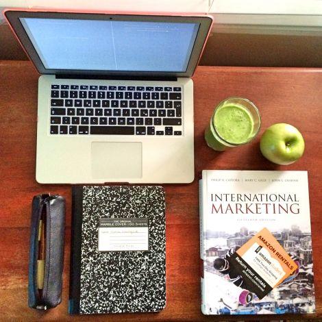 Laptop und Marketing-Buch