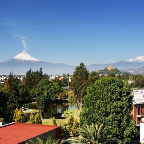Der Ausblick aus der Bibliothek auf die Pyramide und die Vulkane
