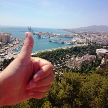 Daumen hoch vor einem Strand Málagas