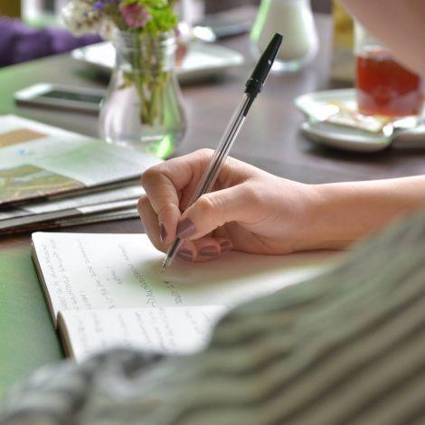 Stift schreibt auf Block