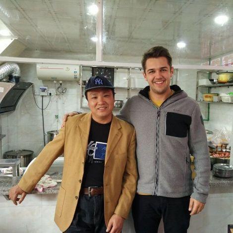Maximilan Köster und der Besitzer im Restaurant