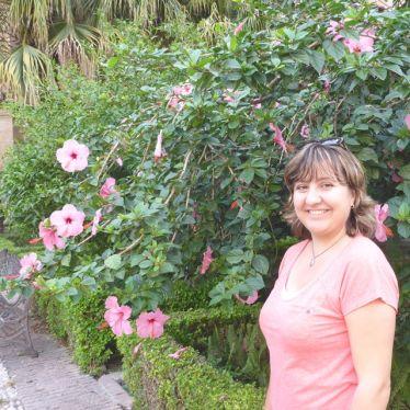 Anja Ringel vor Blumen in Málaga