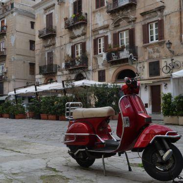 Vespa steht an der Straße