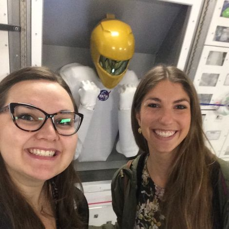 Ksenia Nikolajcuk und Freundin im Space Center