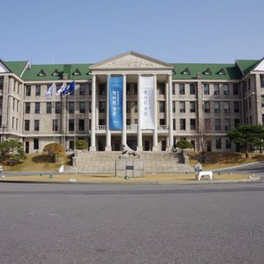 Riesen Eingang des Unigebäudes in Seoul