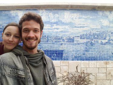 Emilian Franco und Freundin vor Azulejos