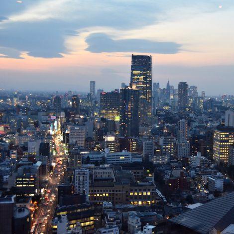 Tokio von oben in der Dämmerung