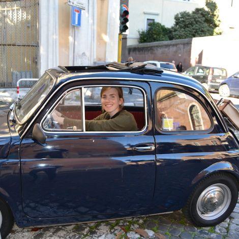 Antonia Meyer im Fiat 500
