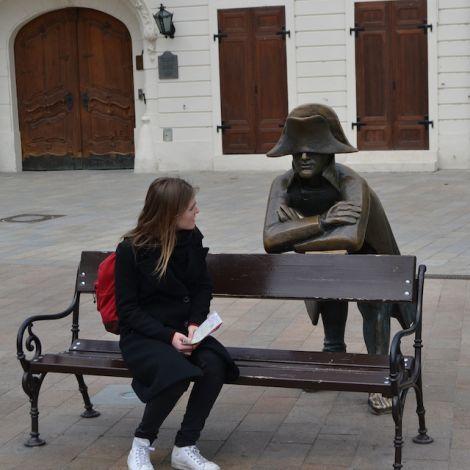 Antonia Meyer auf Bank in Bratislava
