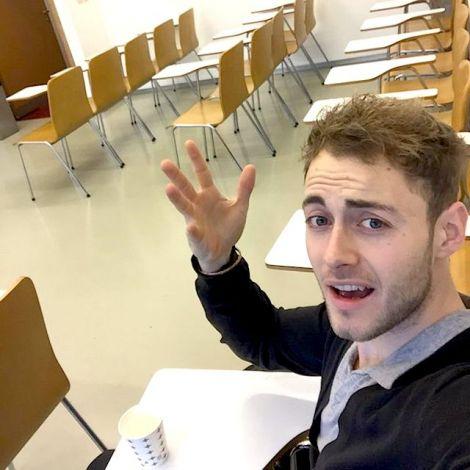 Tobias Dammer im leeren Klassenraum