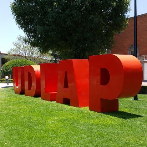 Große Buchstaben auf der Wiese: UDLAP