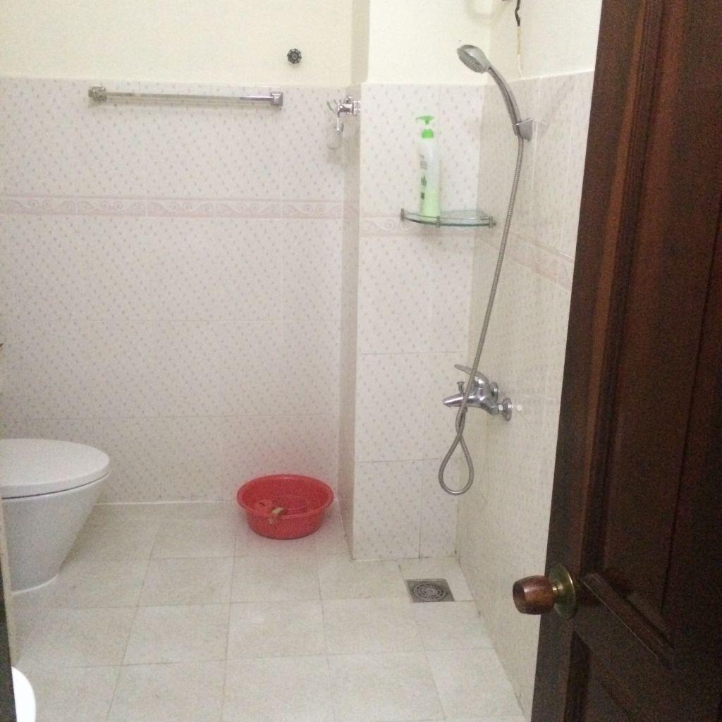 Dusch-Schlauch mitten im Bad, ohne Duschtasse