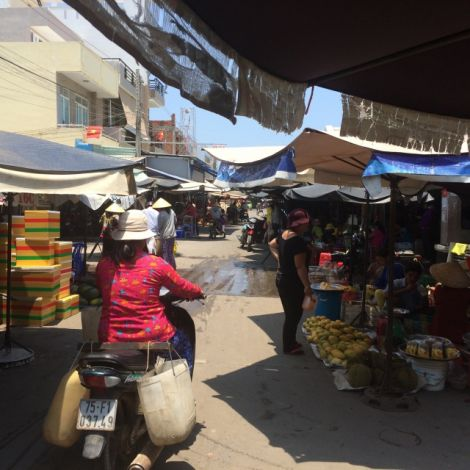 Roller fährt über einen Markt