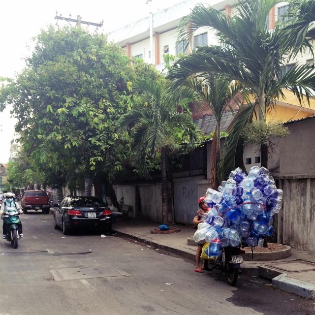 Roller mit einem riesen Haufen Plastikflaschen