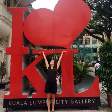 Clara vor den Buchstaben I love KL