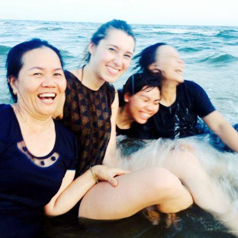 Clara Schaksmeier und Freundinnen mit Klamotten im Meer