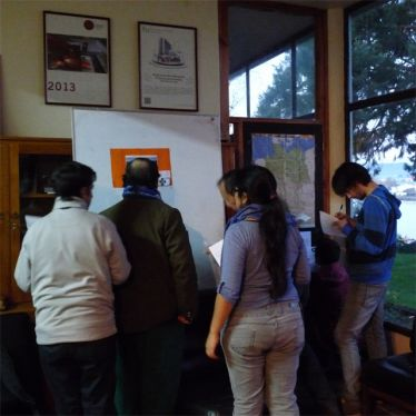 Studenten vor dem Flip-Chart