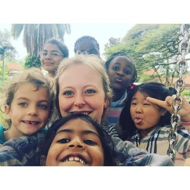 Anna-Lena mit ihren Schulkindern in Nairobi