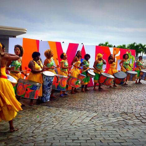 Frauen spielen Samba und tanzen