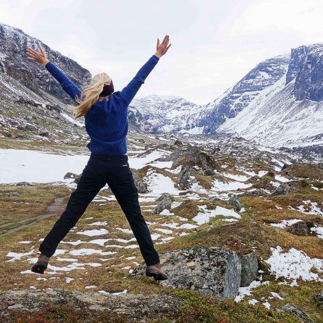 Marina springt in schwedischer Berglandschaft