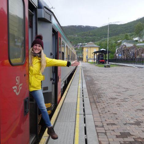 Marina guckt aus einem Zug