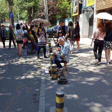 Alter Mann spielt Erhu auf der Straße