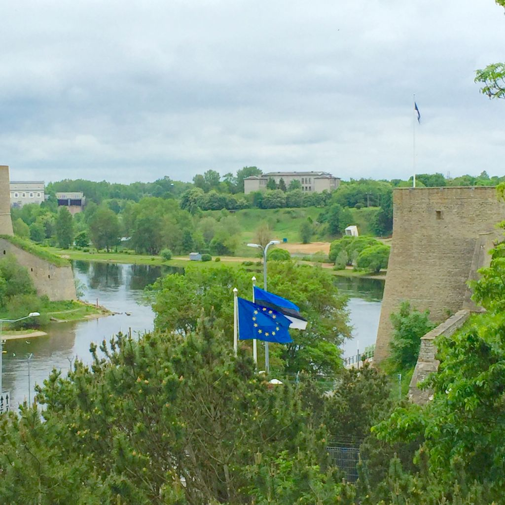 Die EU-Flagge am Fluss