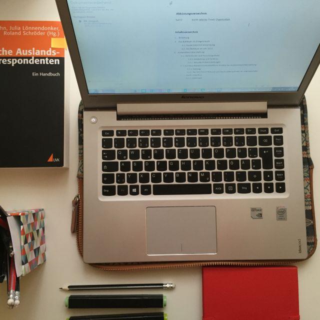 Laptop und Stifte