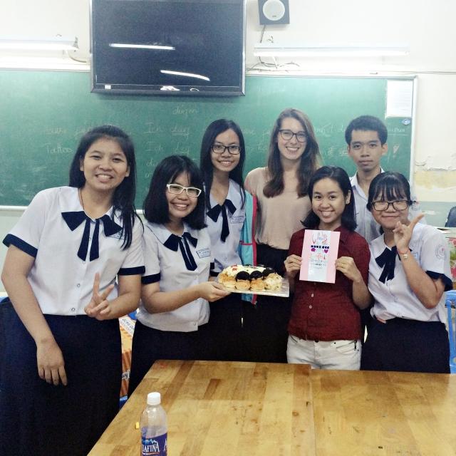 Clara und ihre Schülerinnen und Schüler in Vietnam