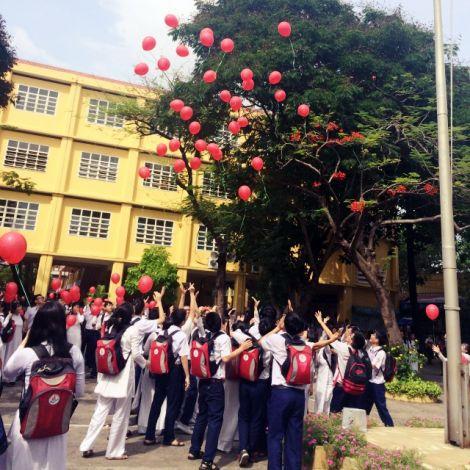 Schüler lassen rote Luftballons steigen