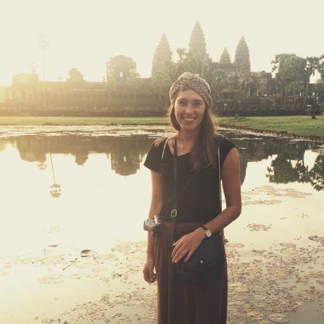 Clara vor dem Tempel in Angkor Wat bei Sonnenaufgang