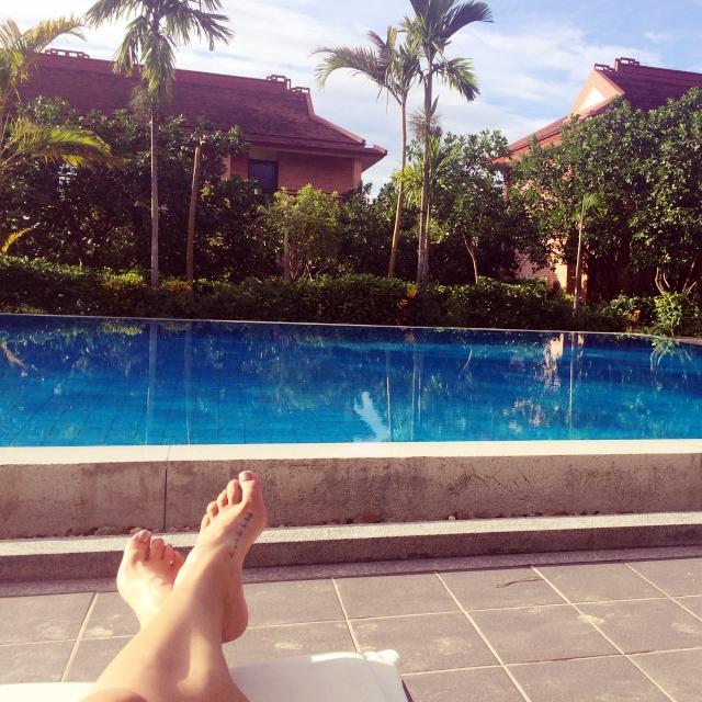 Clara liegt am Pool