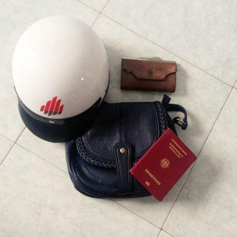 Claras Helm, Reisepass und Handtasche