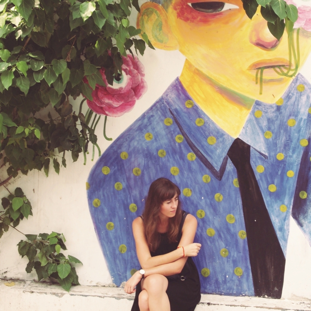 Clara vor Street Art