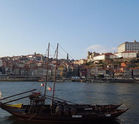 Stadt am Fluss mit Booten